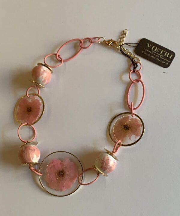 Braccialetto rosa con decorazione floreale