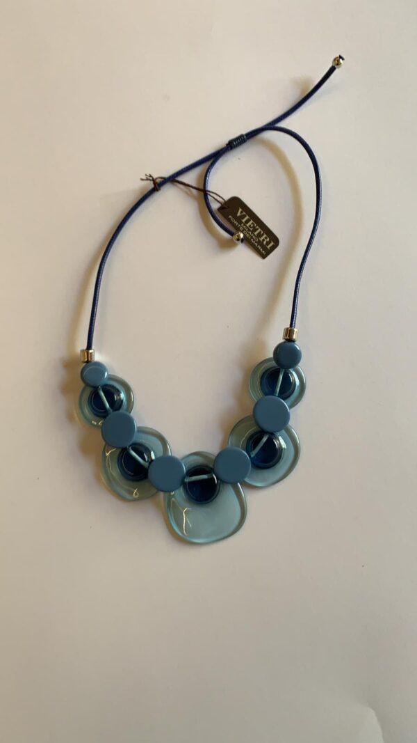 Collana girocollo con pietre piatte in sfumature di blu