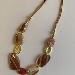 Collana girocollo dorata con pietre piatte sfumature di rosa