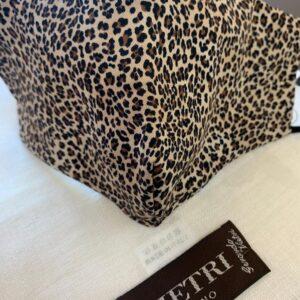 Mascherina con fantasia leopardata