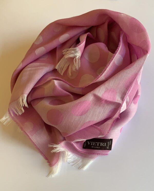 Stola fatta a telaio e tinta rosa a filo