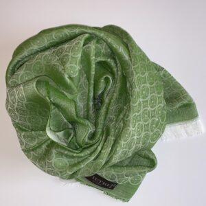 Stola fatta a telaio e tinta verde a filo